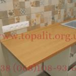 Фото широкого подоконника, который установлен на кухне в качестве столешницы